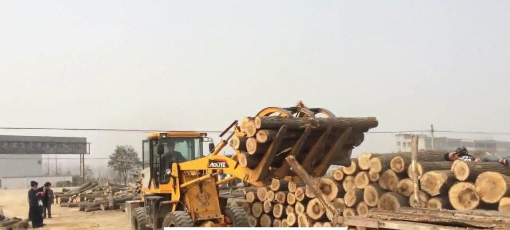 xe nâng gắp gỗ sản xuất giấy